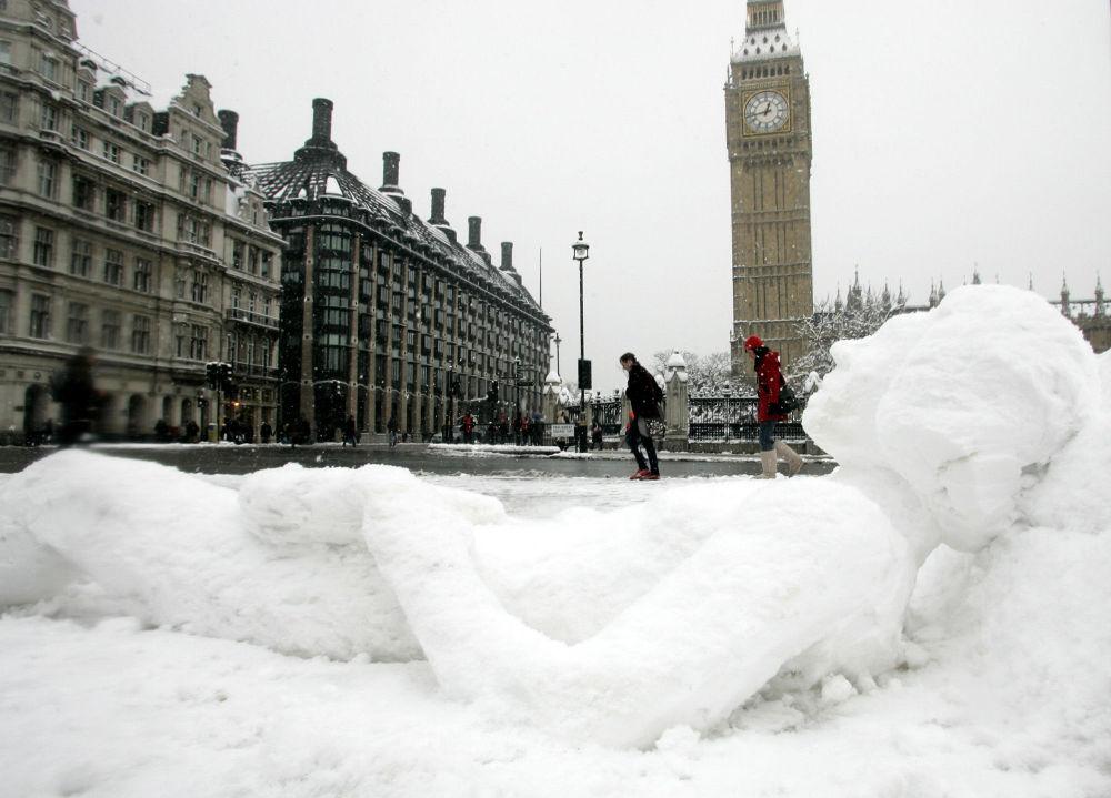 伦敦大本钟对面一个躺着的雪人