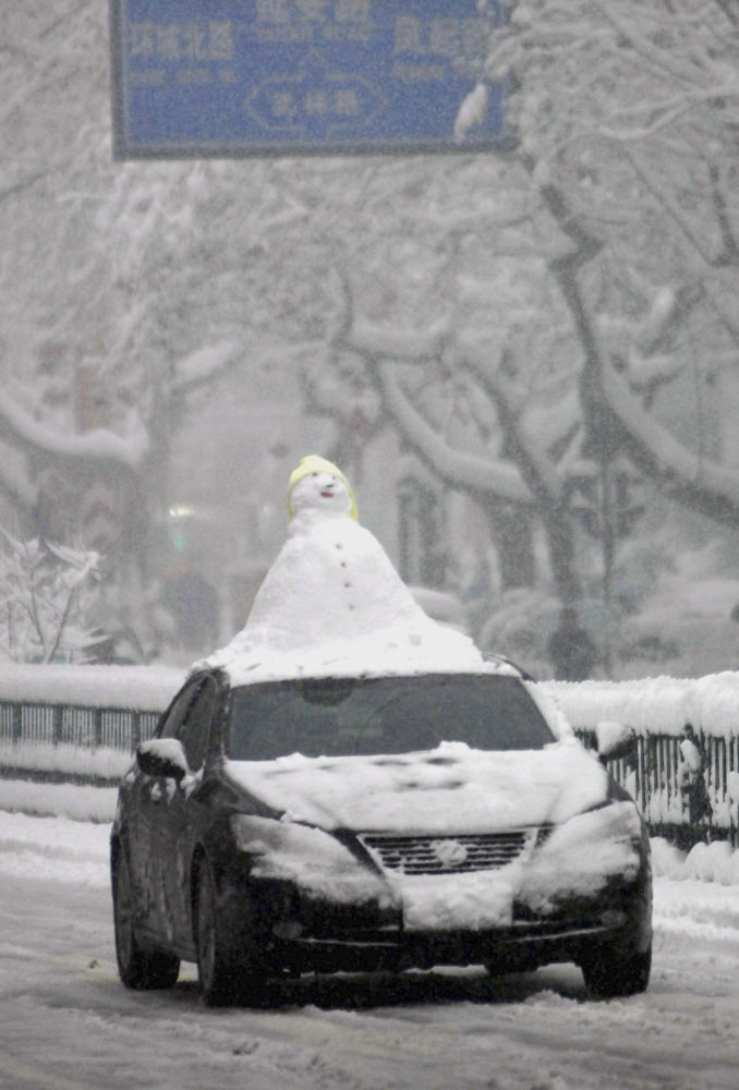 中国一辆汽车上的雪人