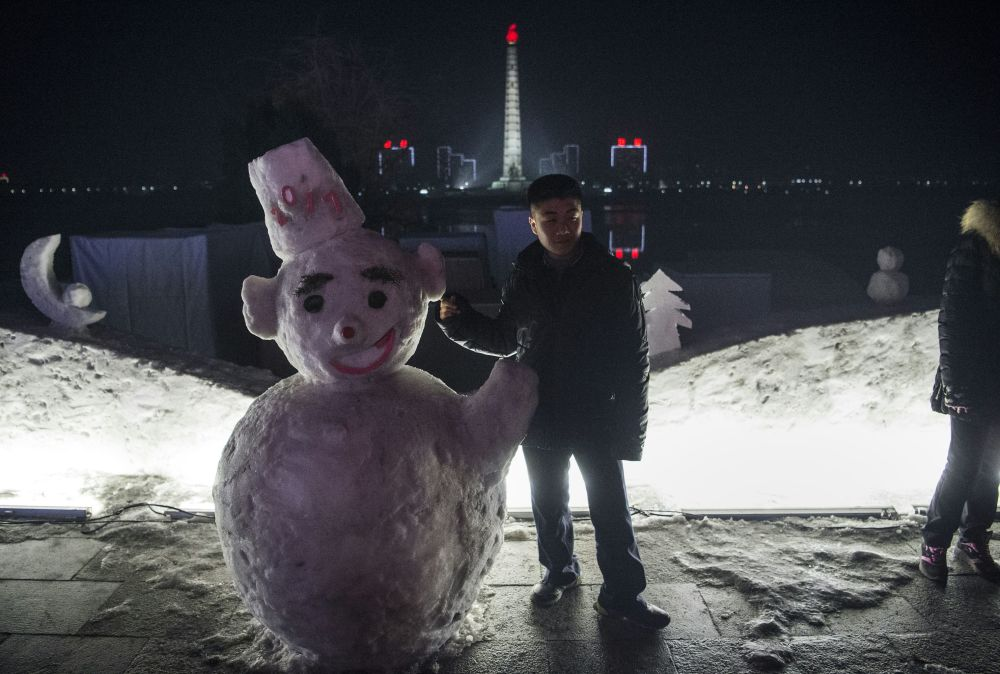 朝鲜平壤一个男孩与雪人合影