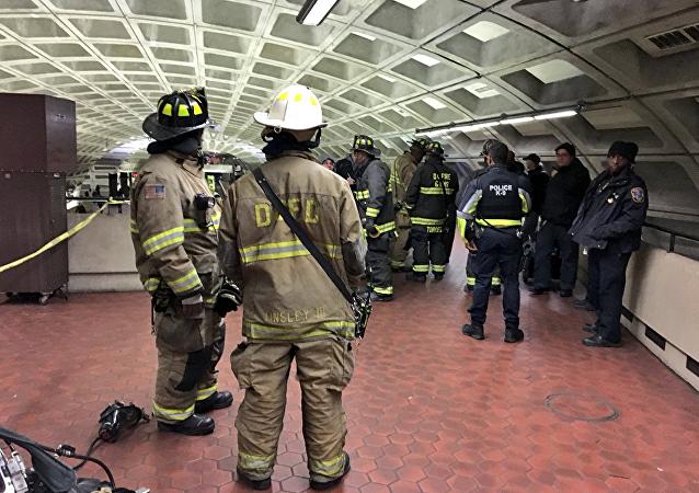 美国华盛顿地铁发生列车脱轨事故
