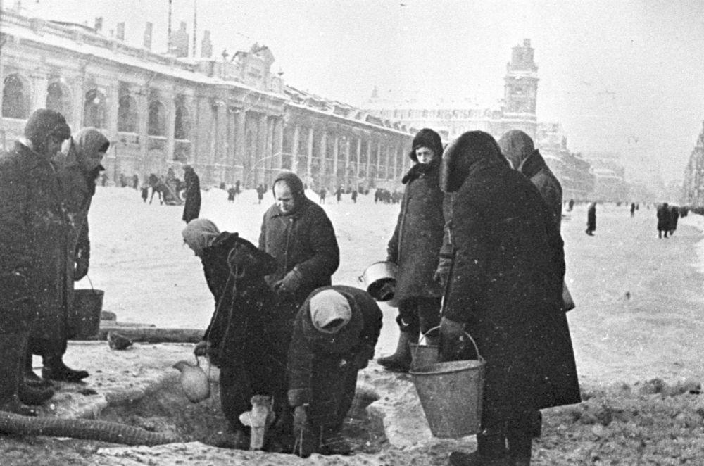 列寧格勒受圍困者排隊取水