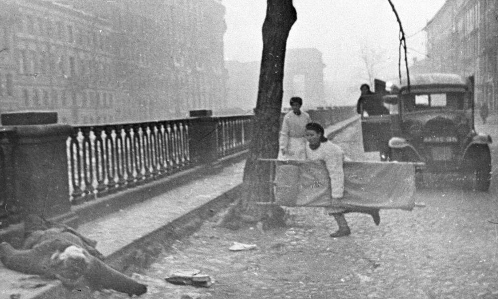 列寧格勒街頭的一名護士