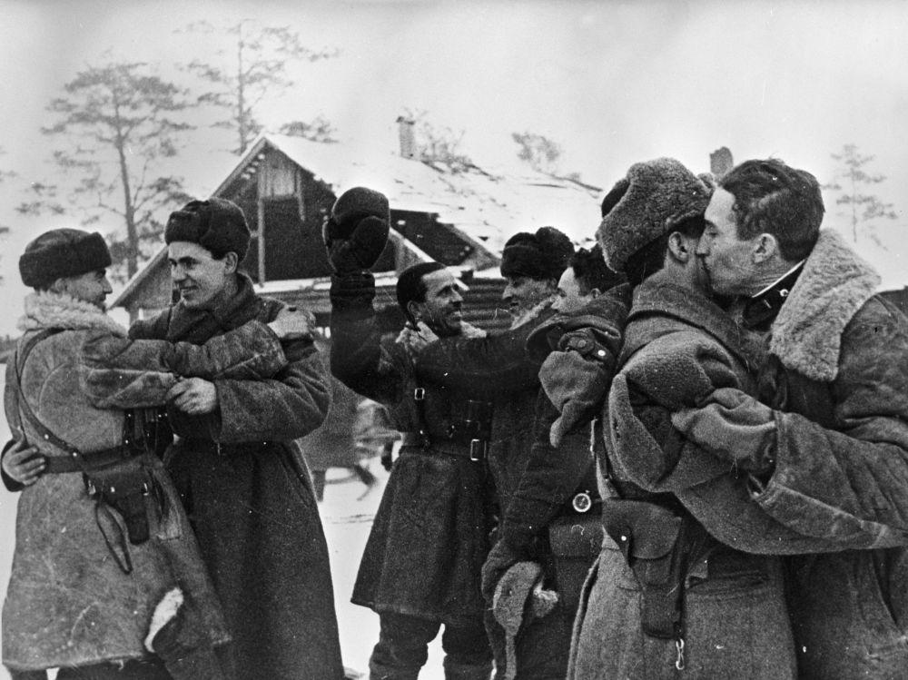 封鎖解除!1943年1月18日,列寧格勒和沃爾霍夫戰線戰士會面。