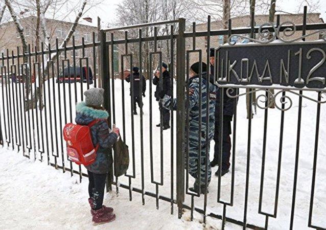 該市學校鬥毆事件中受傷的女教師在爆發衝突時挺身而出