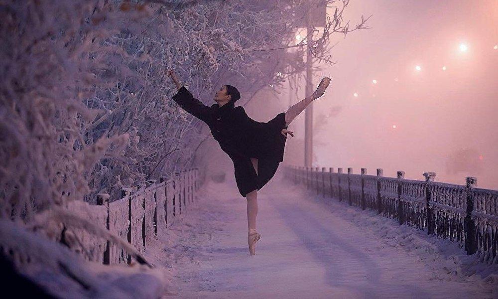女芭蕾舞演员拍完照后立即穿上了毡靴和大衣