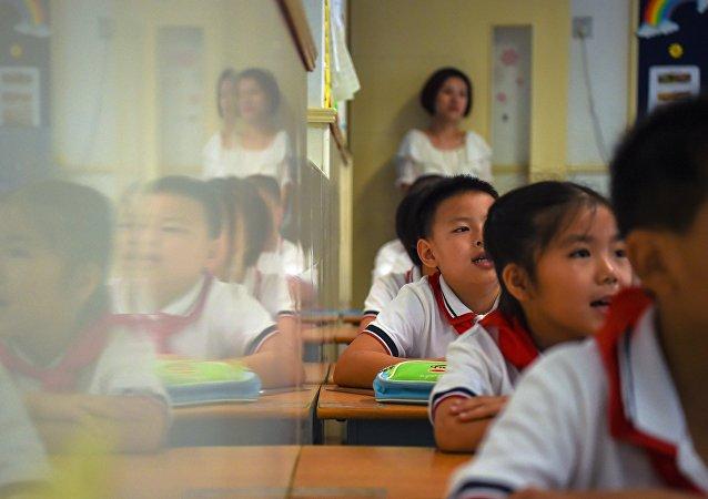 学子叩首:河南一学校因举行有损自尊的仪式而广受批评