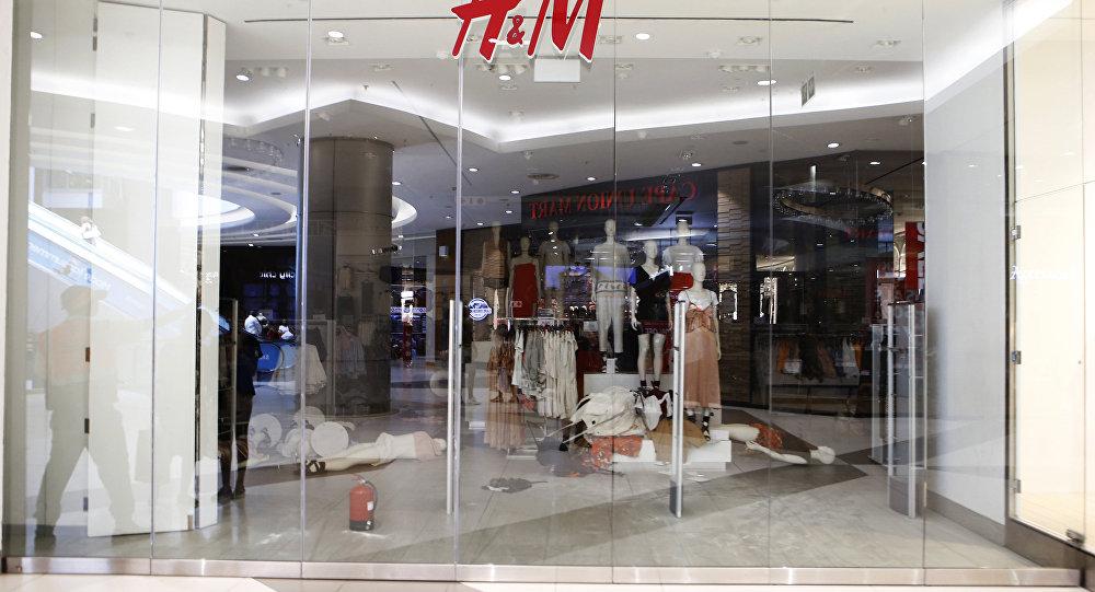 H&M涉种族歧视广告男孩出于安全考虑搬家