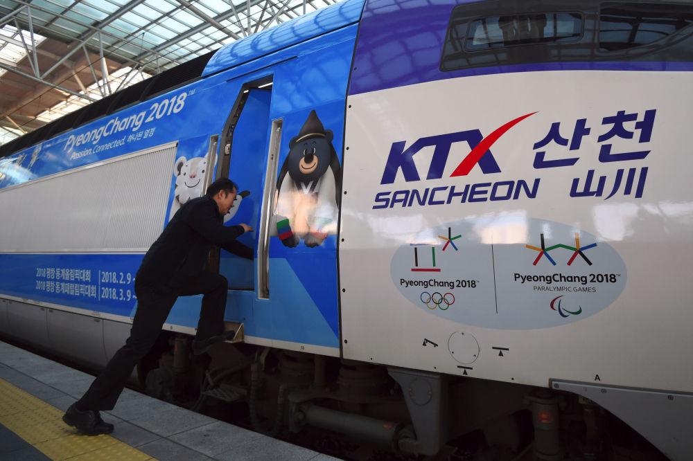 帶有2018年冬奧會標誌的高速列車