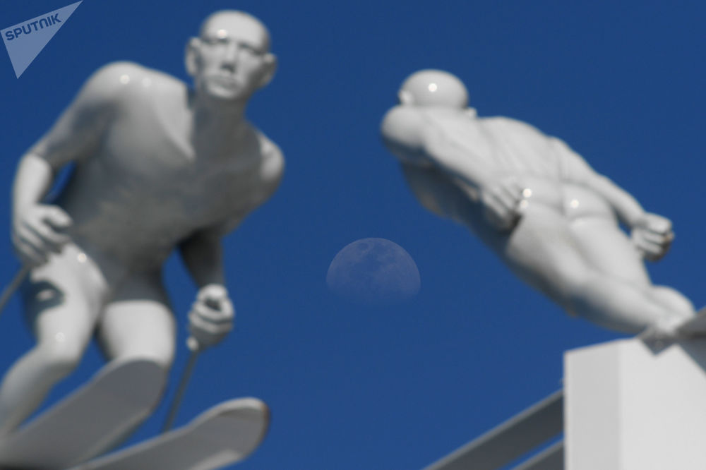 平昌街頭的運動員雕塑