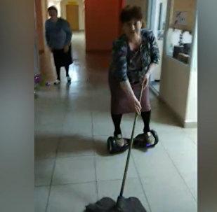 67岁老奶奶骑平衡车擦地板