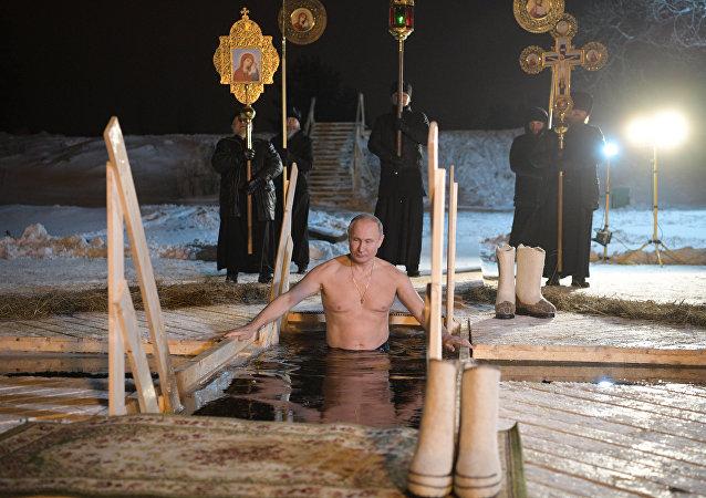 普京參加主顯節沐浴 浸入謝利格爾湖的冰窟窿