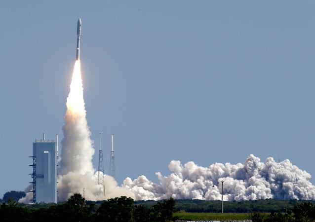"""美国""""宇宙神-5""""火箭从卡纳维拉尔角发射升空"""