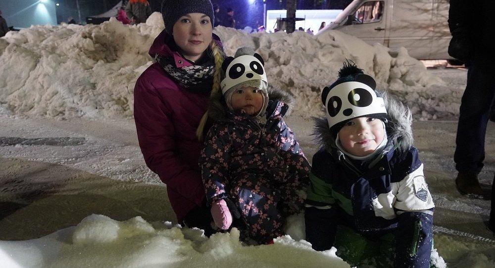 芬蘭兒童戴著獲贈的中國熊貓圖案面具