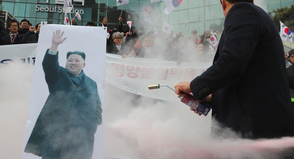首尔示威者烧毁朝鲜国旗及其领导人金正恩的照