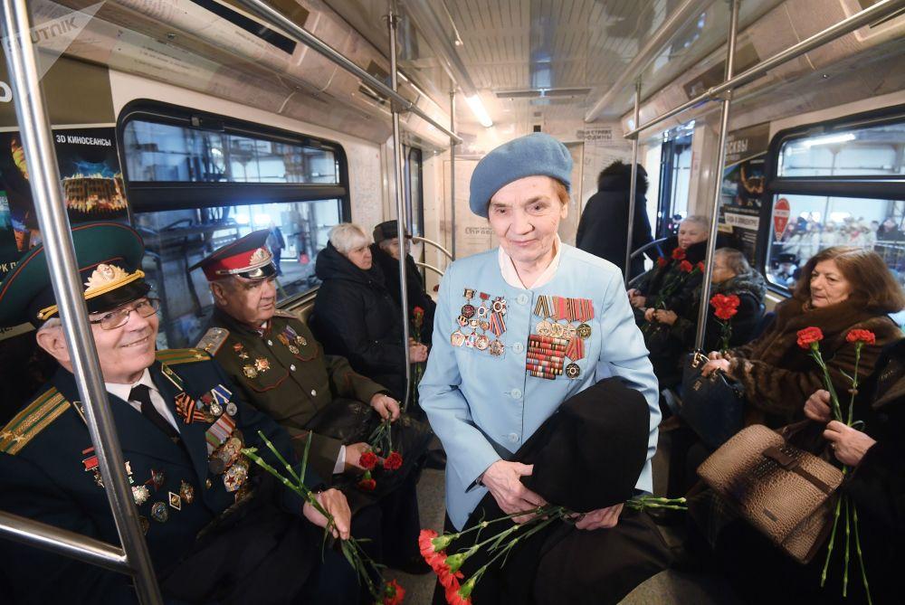 列车首批乘客为二战老兵及俄罗斯未来的捍卫着——军校学员、青少年军成员及其他特设机构学员。