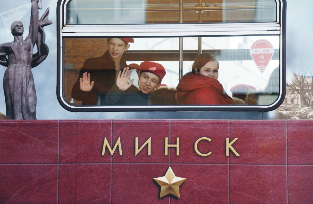 列车共有8节车厢,车内装饰采用的是档案照片、战争年代文件及重大战役相关文章。