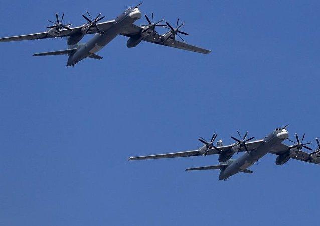 俄国防部称伴飞图-95的美军F-22战机飞行员举止得当