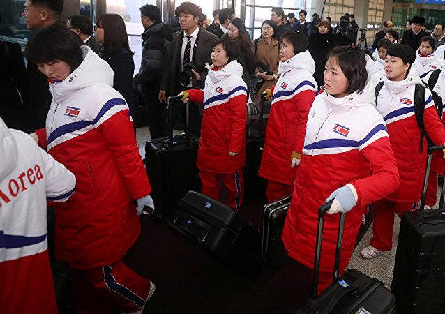 朝鲜冰球女队代表抵韩