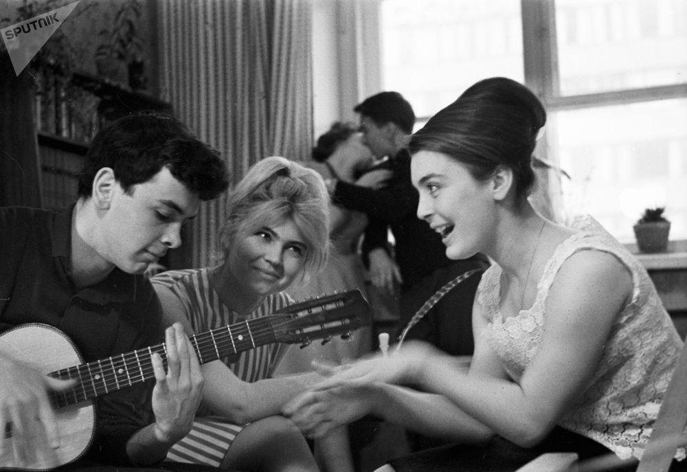 大学生们在吉他伴奏下演唱,1965年
