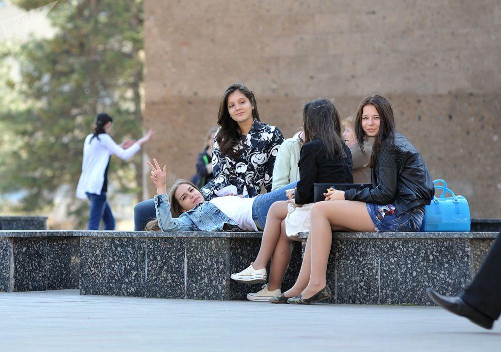 大学生们在顿河畔罗斯托夫的市中心休息