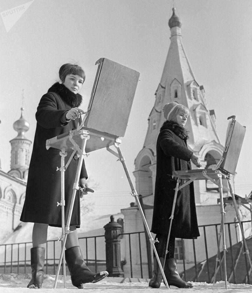 艺术学院的大学生们正在画梁赞的克里姆林宫,1967年