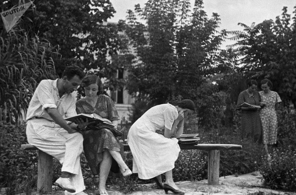 杜尚别的大学生们正在准备考试,1939年
