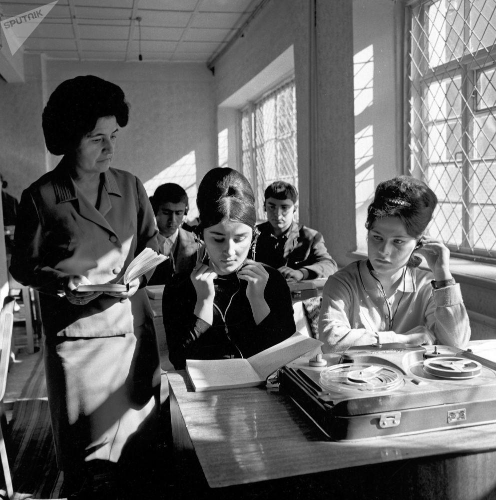 杜尚别的大学生们正在上英语课