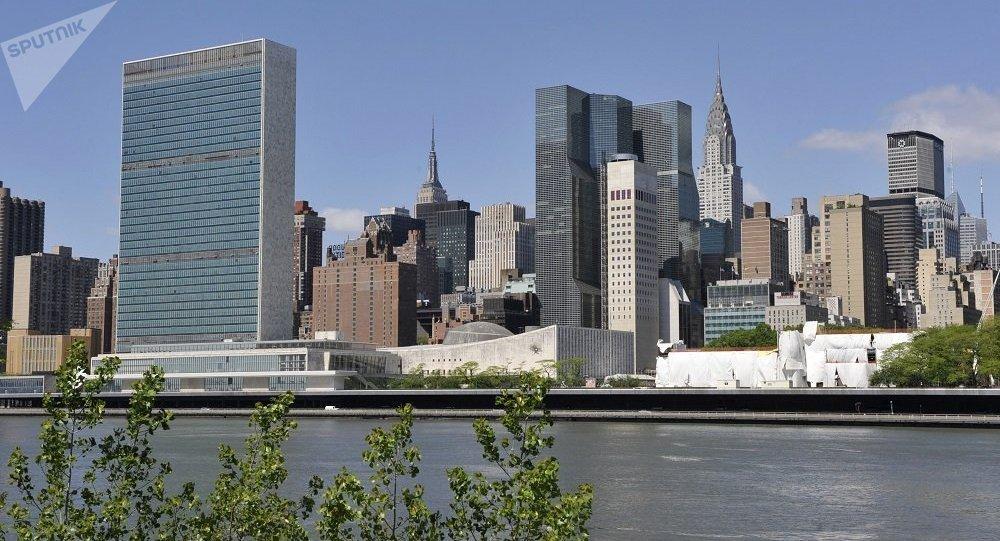 聯合國大廈(左邊)