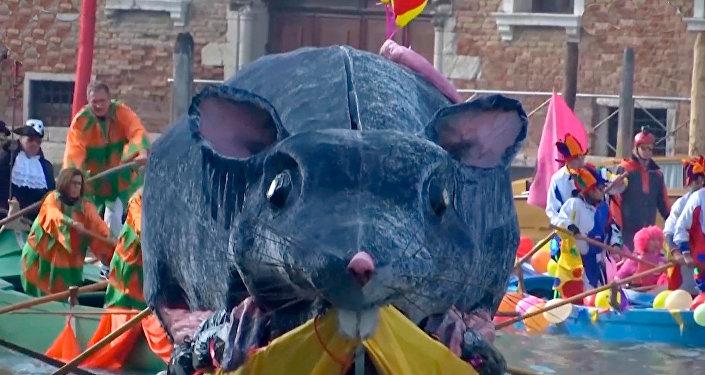 意大利举行一年一度的水上狂欢节
