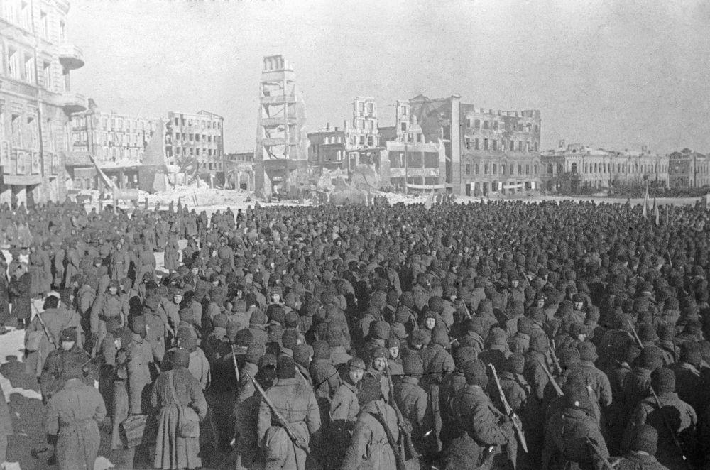 战士们庆祝斯大林格勒从德国法西斯侵略者手中解放