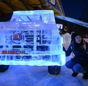 日前一輛冰制越野車行駛在俄羅斯新西伯利亞的街頭,格外引人注目。