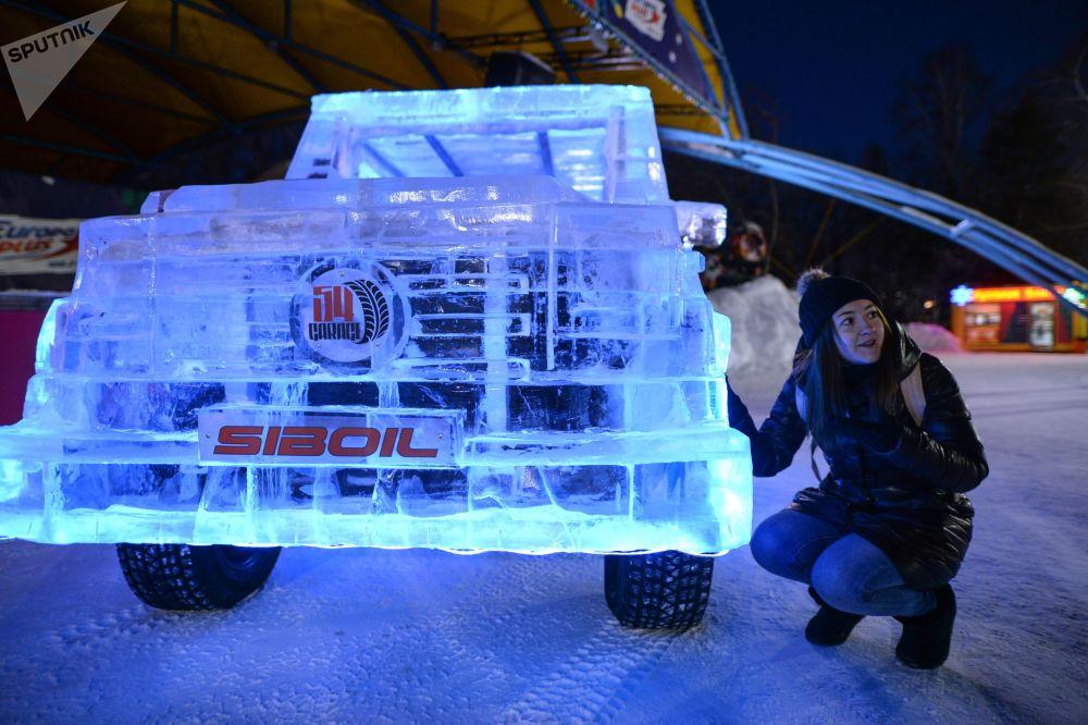 日前一辆冰制越野车行驶在俄罗斯新西伯利亚的街头,格外引人注目。