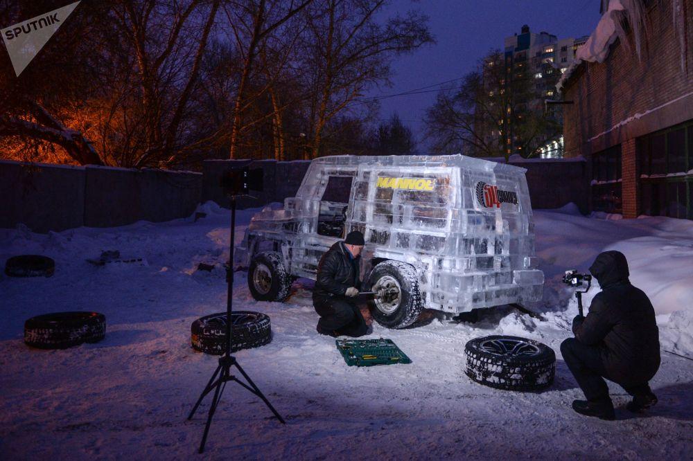 1月30日,这辆外形酷似越野车的冰造汽车闪着酷炫灯光上路了。