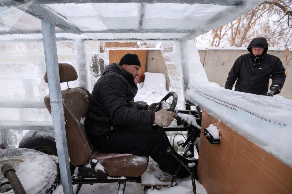 为造这辆冰车,博主们请来了雕塑家,用了5吨冰。