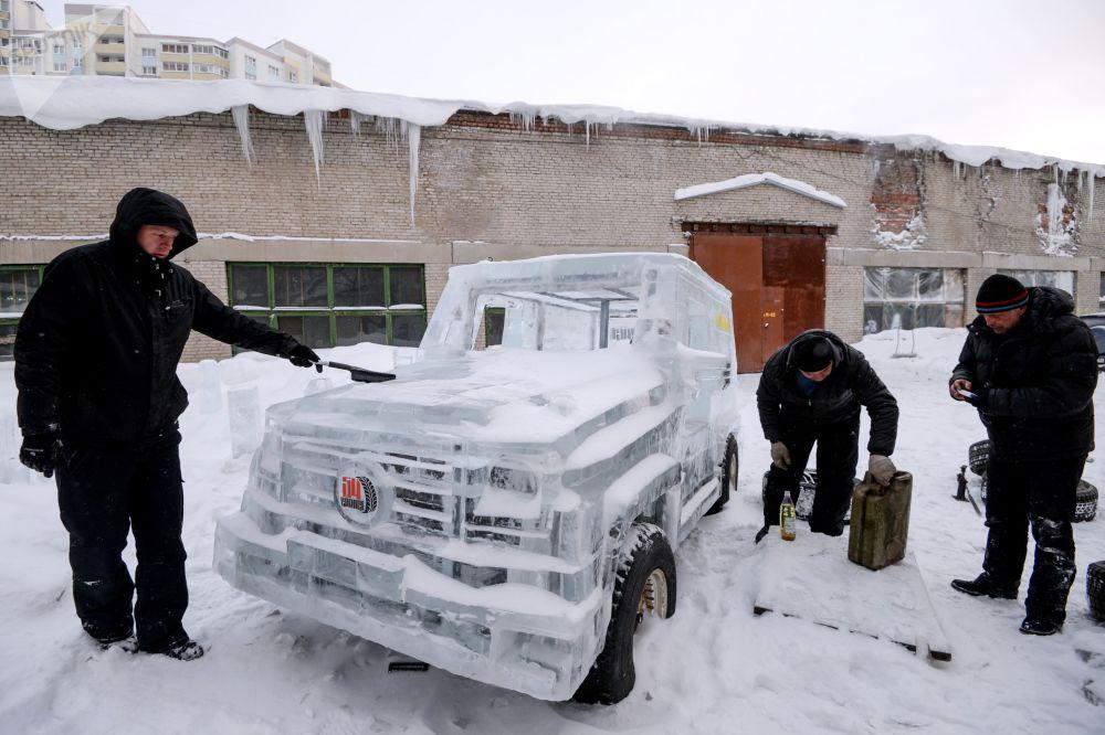 一辆冰制越野车