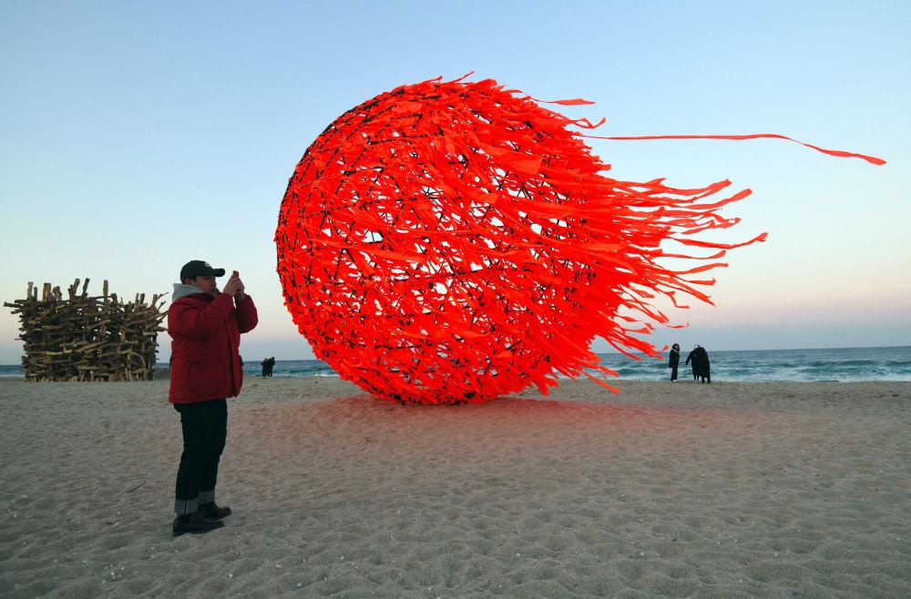 """江陵海滩上的""""太阳""""雕塑"""