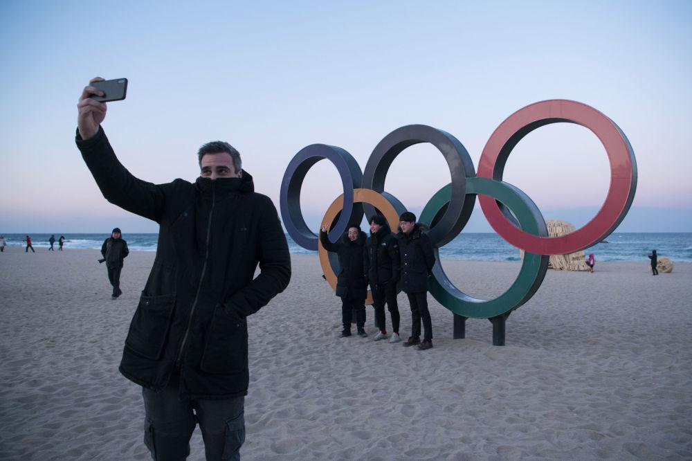 人们在江陵奥运五环标志旁拍照留念