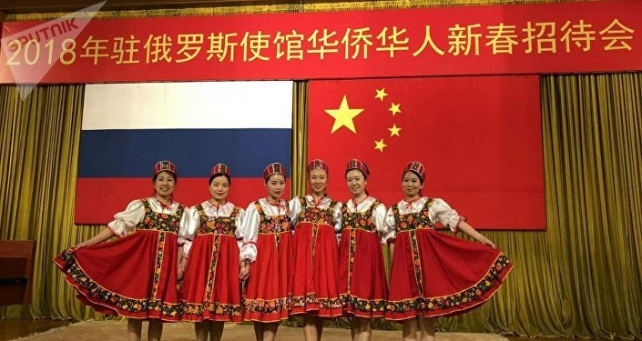 華人婦女聯合會的姐妹們在表演俄羅斯舞蹈《卡林卡》