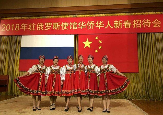 华人妇女联合会的姐妹们在表演俄罗斯舞蹈《卡林卡》