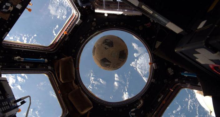 国际空间站的宇航员在世界杯期间也会踢足球