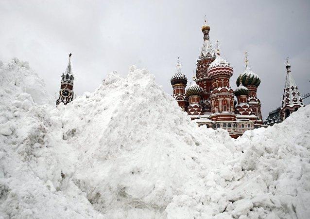 莫斯科一晝夜內拉運積雪80萬立方