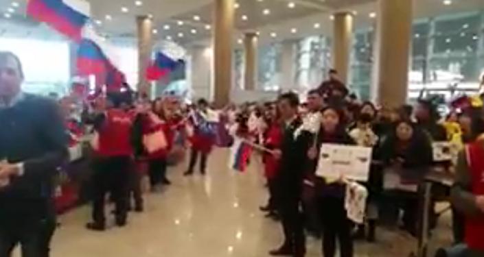 球迷们在俄罗斯冰球手抵达首尔机场时唱起俄罗斯国歌