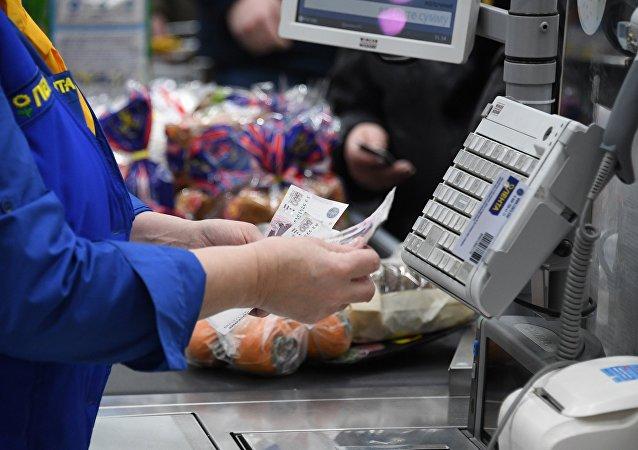 俄罗斯顾客将有机会在商店的收款台获得现金