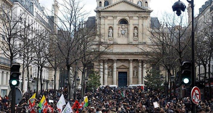 法國中學生走上街頭抗議教育改革