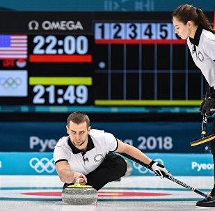 俄罗斯冰壶运动员阿纳斯塔西娅·布雷兹加洛娃和亚历山大·克鲁舍利尼茨基