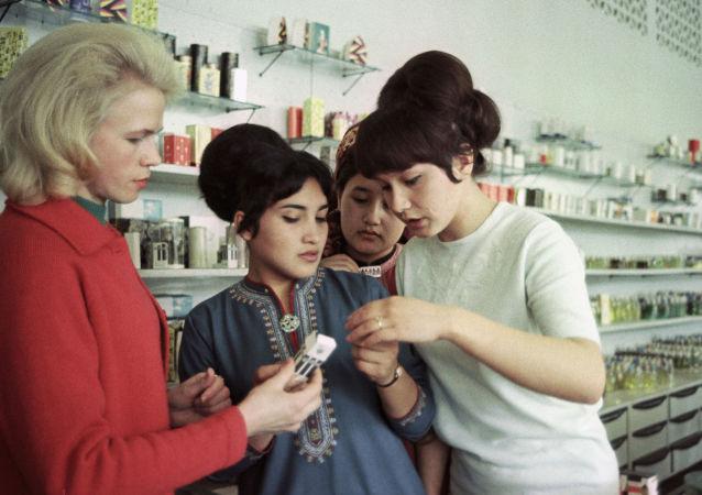 苏联女性的靓丽妆发