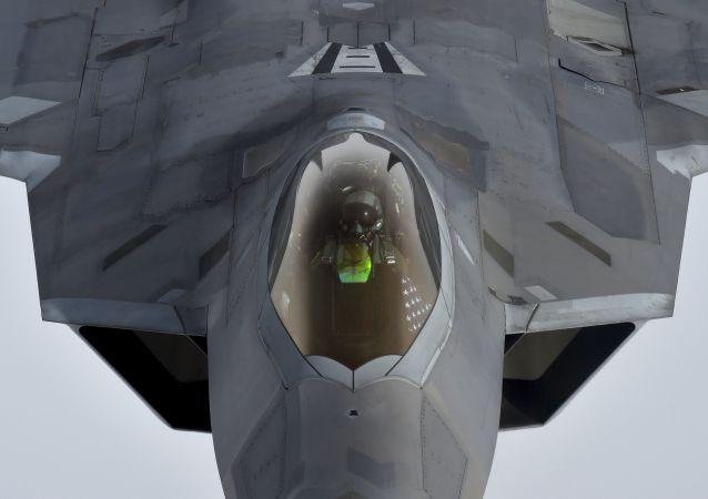 Американский истребитель F-22 Raptor осуществляет дозаправку в небе