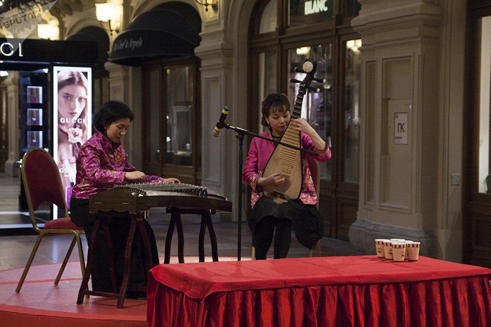 古姆商场喜迎中国新年活动上中国音乐家表演