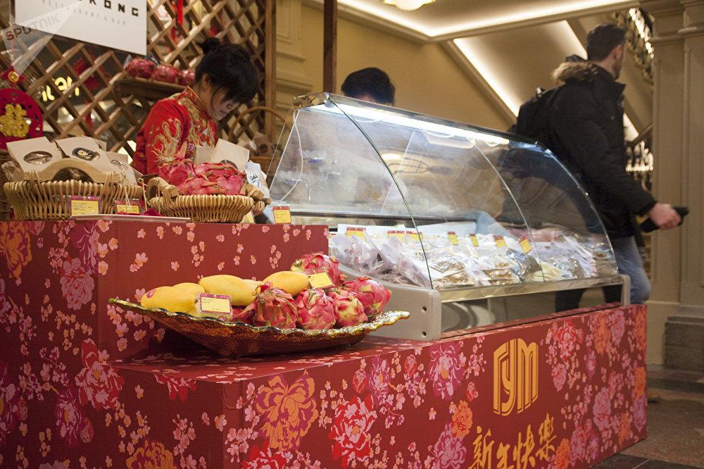 古姆商场喜迎中国新年活动上的中国水果和甜点