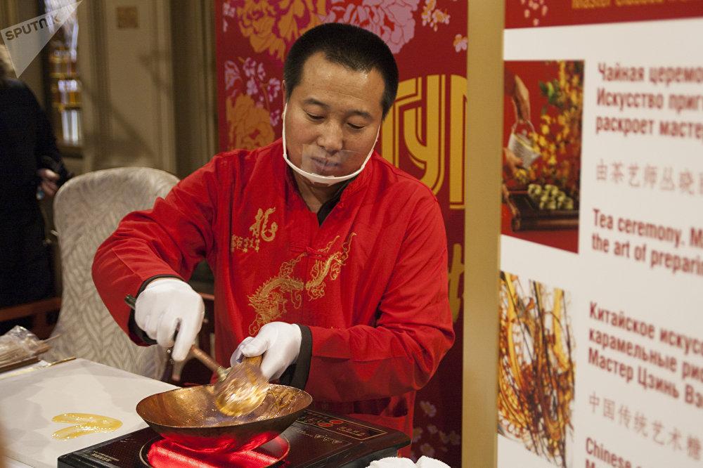 """古姆商场喜迎中国新年活动上展示中国民间艺术""""糖画"""""""